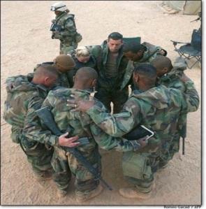 Soldats qui prient
